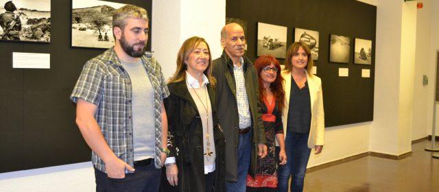 Andoni Lubaki inaugura una exposición de fotografía en al Casa de Cultura Ignacio Aldecoa